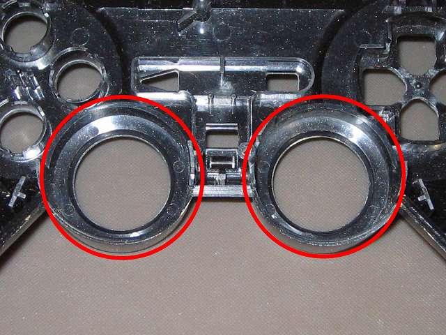 PS2 コントローラー(デュアルショック 2) スプレーを使ってメンテナンス、アナログスティックの装着穴部分にドライファストルブを噴射