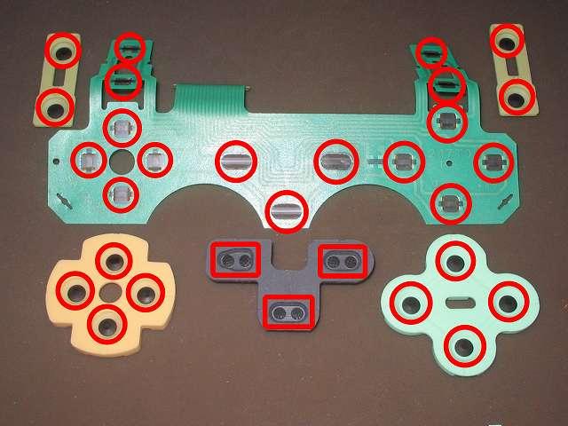 PS2 コントローラー(デュアルショック 2) スプレーを使ってメンテナンス、フレキシブル基板(フィルム基板)とラバーパッドの接点部分に、無水エタノールを湿らせた綿棒で接点を拭く