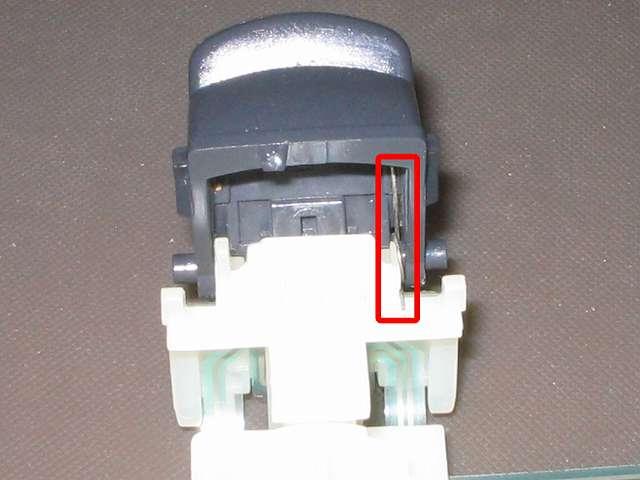 PS3 コントローラー(デュアルショック 3) スプレーを使ってメンテナンス、L2・R2 ボタン軸取り付け後のバネ部分にドライファストルブを噴射