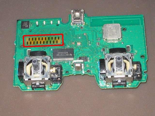 PS3 コントローラー(デュアルショック 3) スプレーを使ってメンテナンス、基板の(フィルム基板と接触する)接点部分に、接点復活王 ポリコールキングを綿棒の先端に吹きかけて接点を拭く