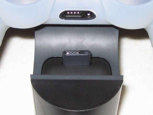 DUALSHOCK 4 充電スタンド DualShock4 Charging Station CUH-ZDC1J デュアルショック4 コントローラー拡張端子に、充電スタンドの充電用端子をカチッと音がするまで差し込む、コントローラーのライトバーがオレンジ色にゆっくり点滅し充電がスタート、充電が完了するとライトバーが消灯
