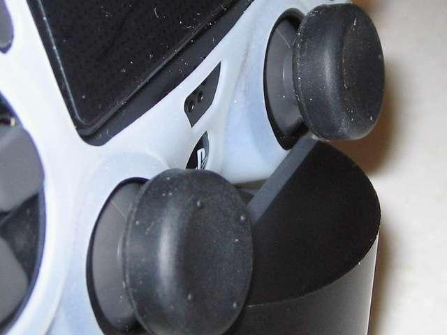 DUALSHOCK 4 充電スタンド DualShock4 Charging Station CUH-ZDC1J 充電スタンドにデュアルショック4 コントローラーをセットした状態でのシリコンカバーとスティックカバーとの干渉状態(右アナログスティック)