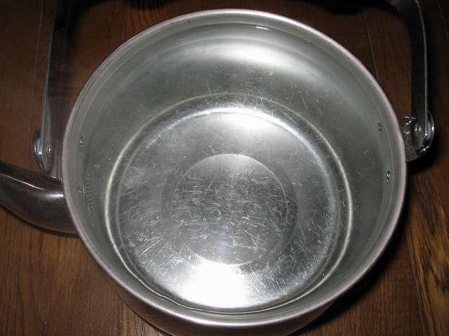 エルマース ステンレス製 広口ケトル 3.2L H-2042 水垢落とし、ステンレスケトル内部の水垢が膜状になって剥がれ落ちた状態になったのを確認したら、過熱を止めてステンレスケトルと過熱した水を冷ませる
