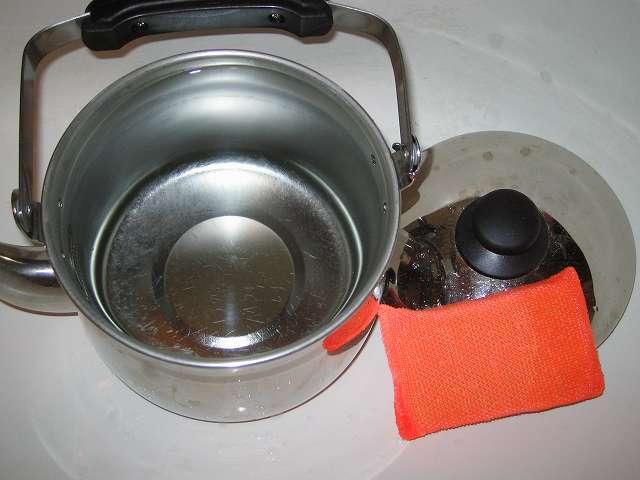 エルマース ステンレス製 広口ケトル 3.2L H-2042 水垢落とし、スポンジを使って膜状になった水垢を落とす
