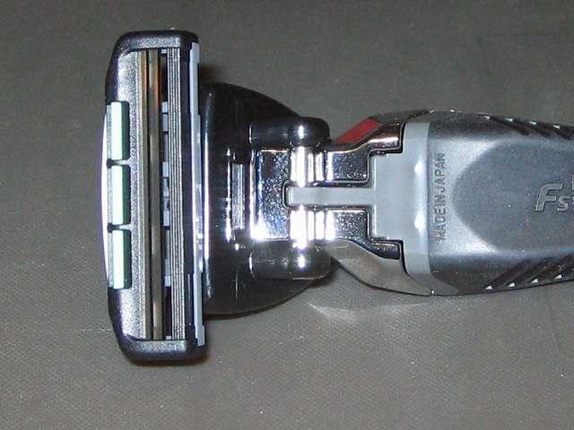 フェザー エフシステム 替刃 FII ネオ 10コ入 サムライエッジ ホルダーに装着したエフシステム 替刃 FII ネオの 2枚刃面、ワンプッシュクリーニング機構付き