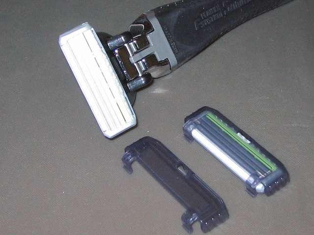フェザー エフシステム サムライエッジ ホルダー 替刃2個付 (日本製)、ホルダーに装着済みエフシステム替刃サムライエッジのカバーを外したところ