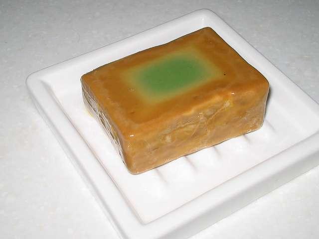 アレッポからの贈り物 エクストラ (ローレルオイル 16%配合石鹸) 使用後、石けん表面が水分によりやや溶けた状態になる