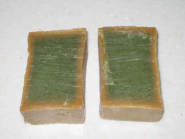 アレッポからの贈り物 (オリーブ石鹸) 金切りノコで電子レンジを使わず通常カット後の断面図、石けんの切りカスが付着