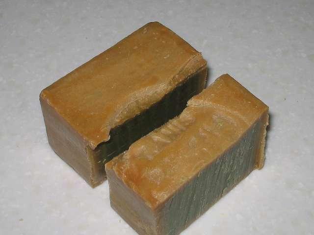 アレッポからの贈り物 (オリーブ石鹸) 金切りノコでカット後、刻印側。切り終える直前に刻印があると、凸凹面により一部割れて石けんの切りカスが出やすくなる