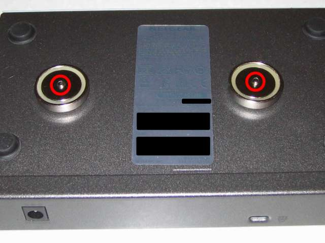 オーム電機 フック穴付きタップ用マグネット 超強力タイプ HS-A0166 丸型 ネジ頭の隙間 1mm に変更後、マグネット裏側に突き出たネジのまま NETGEAR ネットギア アンマネージプラススイッチ ギガ 8ポート スイッチングハブ 管理機能付 無償永久保証 GS108E-300JPS 本体壁掛け用取り付け穴に装着した状態