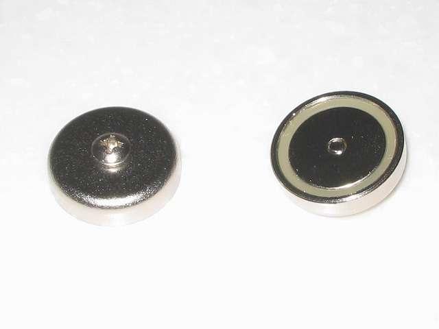 オーム電機 フック穴付きタップ用マグネット 超強力タイプ HS-A0166 丸型 手持ちのネジの長さ 約 6mm に変更後のマグネット裏側。ネジ頭の隙間 1mm にしてもマグネット裏側にネジが突き出ない程度に収まる