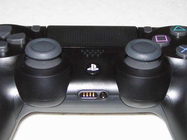 新型 PS4 DUALSHOCK 4 Wireless Controller ワイヤレスコントローラー ジェット・ブラック CUH-ZCT2J アナログスティックと充電用端子と拡張端子・ステレオヘッドホン/マイク端子用、Xbox360 コントローラーと同じ感覚の高さになって操作しやすくなった