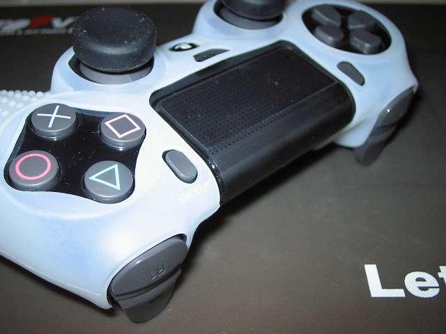 PS4 コントローラー用 ちりばめ シリコン 保護カバー クリアホワイト+FPS PRO スティックカバーx8 シリコンカバー装着後のタッチバッド・SHARE・OPTION ボタン側、SHARE・OPTION ボタンがさらに押しにくくなった