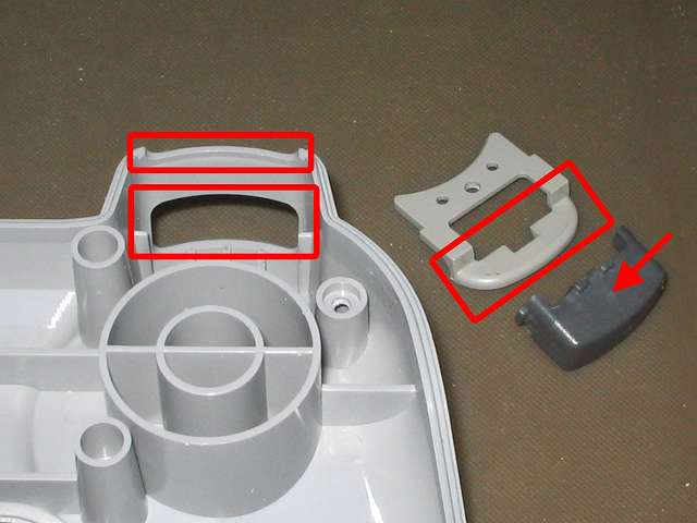 初代 PS コントローラー(デュアルショックなし) スプレーを使ってメンテナンス、L2・R2 ボタンとボタン固定ガイド、プラスチックカバーの L1・R1・L2・R2 ボタン溝の部分にドライファストルブを噴射