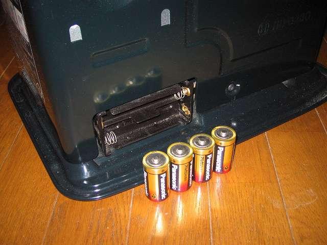 トヨトミ 石油ストーブ RS-S23C クリーニング・メンテナンス作業、電池ケースから乾電池を取り外す