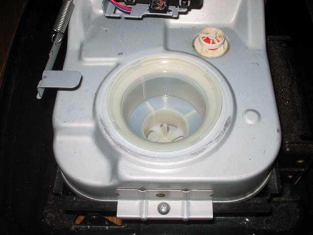 トヨトミ 石油ストーブ RS-S23C クリーニング・メンテナンス作業、残った灯油や汚れを布切れなどで吸い取りきれいになった油受けざらに油受けをセット