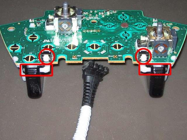 Xbox 360 コントローラー(ブラック) スプレーを使ってメンテナンス、L2・R2 トリガーボタンの可動部にドライファストルブを噴射