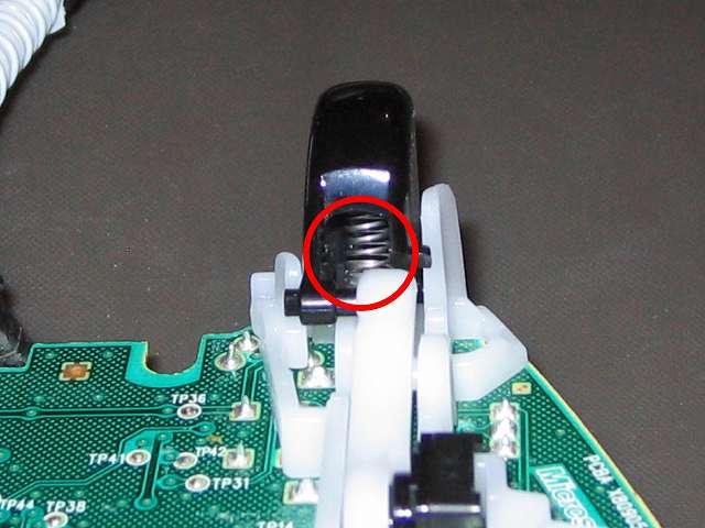 Xbox 360 コントローラー(ブラック) スプレーを使ってメンテナンス、L2・R2 トリガーボタンのばね部分にドライファストルブを噴射
