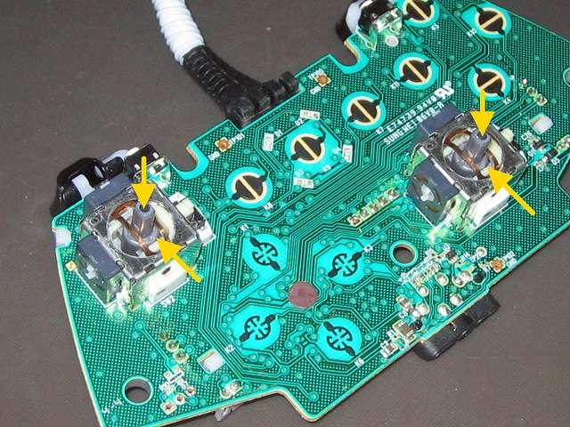 Xbox 360 コントローラー(ブラック) スプレーを使ってメンテナンス、アナログスティックコントローラー内部にシリコンルブスプレーを噴射して軸操作で浸透させる