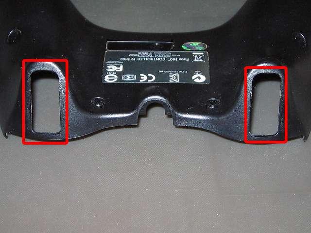 Xbox 360 コントローラー(ブラック) スプレーを使ってメンテナンス、プラスチックカバーの L2・R2 トリガーボタン穴にドライファストルブを噴射