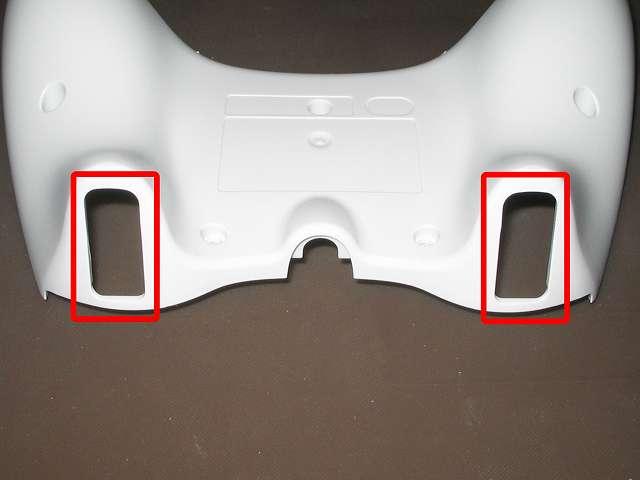 Xbox 360 コントローラー(ホワイト) スプレーを使ってメンテナンス、プラスチックカバーの L2・R2 トリガーボタン穴にドライファストルブを噴射
