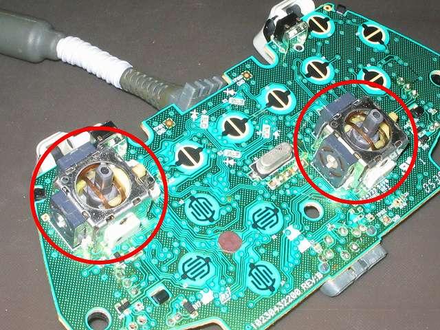 Xbox 360 コントローラー(ホワイト) スプレーを使ってメンテナンス、エレクトロニッククリーナーをアナログスティックコントローラー内部に吹きかけて汚れを落とす