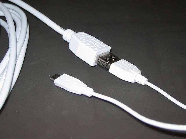 デュアルショック4 用に購入した iBUFFALO USB2.0 延長ケーブル (A to A) ホワイト 3m BSUAA230WH と iBUFFALO USB2.0ケーブル(A to microB) スリムタイプ ホワイト 0.2m BSMPC12U02WH ケーブル接続
