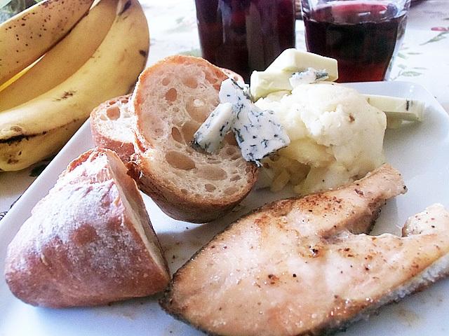 パンにチーズを添えて