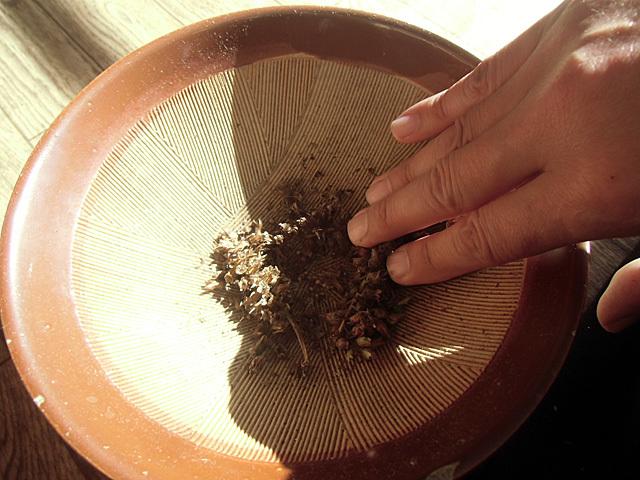 すり鉢で殻を取る