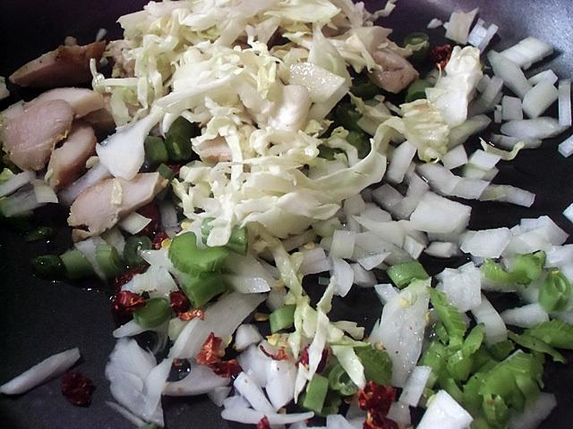 刻んだ肉野菜を炒める