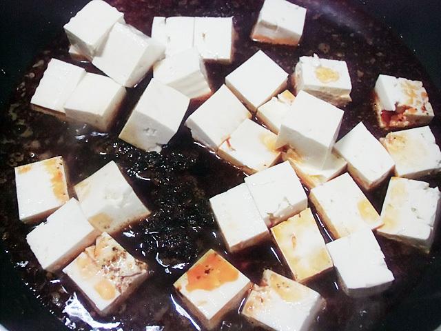 木綿豆腐を煮ています