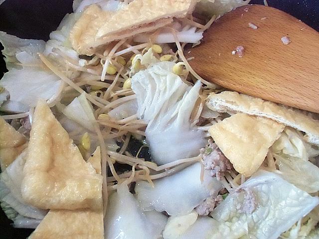 白菜と油揚げを炒める