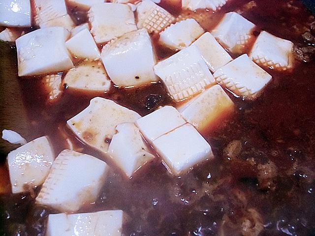 豆腐を加えて煮る