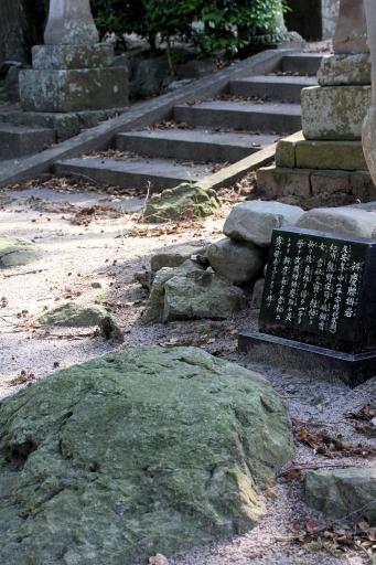 出雲路幸神社参道脇の弁慶の腰掛け岩
