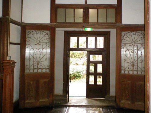 学習院・東別館玄関内2