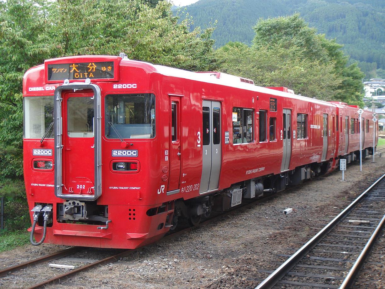 JR_Kyushu_Kiha_220_at_Yufuin_2006-1.jpg