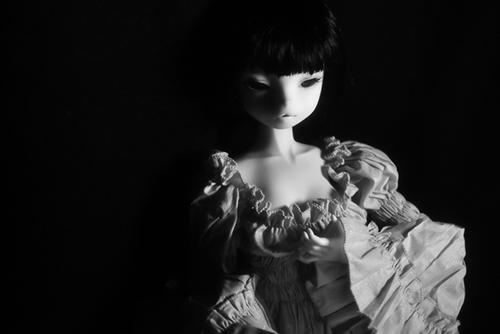 お譲り頂いた、DEAR MINE、DIANAヘッドカスタムの猫レディ、珠世さん。ナイトドレスで、モノクロームの写真。