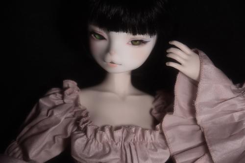 お譲り頂いた、DEAR MINE、DIANAヘッドカスタムの猫レディ、珠世さん。素敵なナイトドレスに身を包んで、少し古ぼけた写真のような色で。