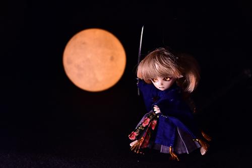 オビツ11ボディ、PARABOXプチフェアリーヘッドをカスタムして作った鬼っ子の朱鷺丸。満月に刀を振りかざす。