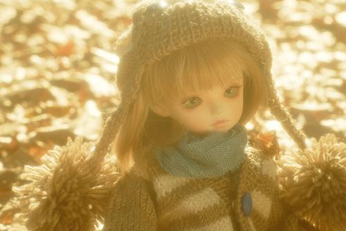 ROSEN LIED、Tuesday's child、通称・火曜子のチェルシー。大きなポンポンのついたお帽子が印象的な秋冬コーデで、落ち葉の公園へ。