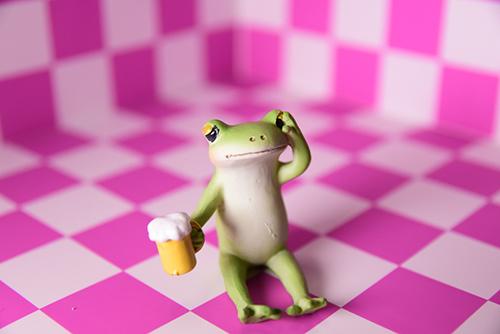 ツバキアキラが撮ったカエルのコポー。ピンクの部屋でビールを飲んでいて、ふと我にかえったコポタロウ。