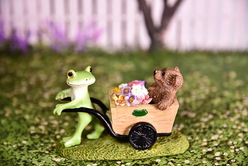 ツバキアキラが撮ったカエルのコポー。お花を届けに出発する、コポタロウとクマくん。