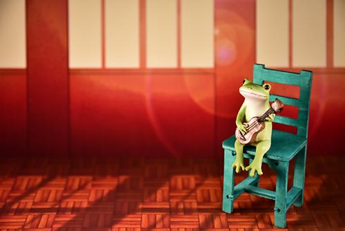 ツバキアキラが撮ったカエルのコポー。夕日の差し込む教室でウクレレを弾いているコポタロウ。
