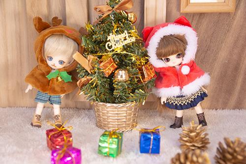 オビツ11ボディ、PARABOXヒカリちゃんヘッドをカスタムして作った猫っ子ポーと、オビツ11ボディに替えて、猫耳をつけた、グルーヴ、リトルダルプラス、ちびRISAのマオ、今日は楽しいクリスマス。