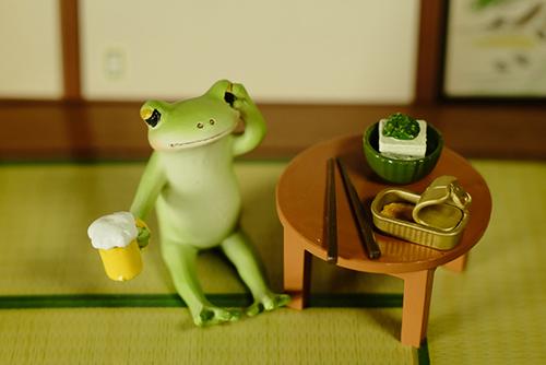 ツバキアキラが撮ったカエルのコポー。家で、おつまみを並べて、ビールを飲んでいるコポタロウ。