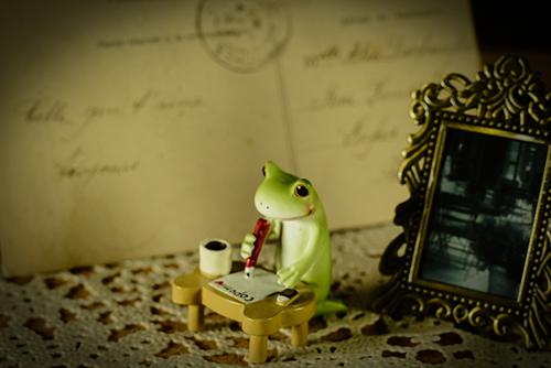 ツバキアキラが撮ったカエルのコポー。コポミにラブレターを書いているコポタロウ。