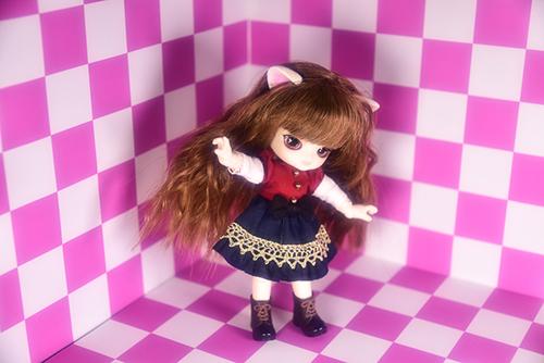 オビツ11ボディに替えて、猫耳をつけた、グルーヴ、リトルダルプラス、ちびRISAのマオ。ピンクの可愛いお部屋で、ちょっとしたアイドル気分。