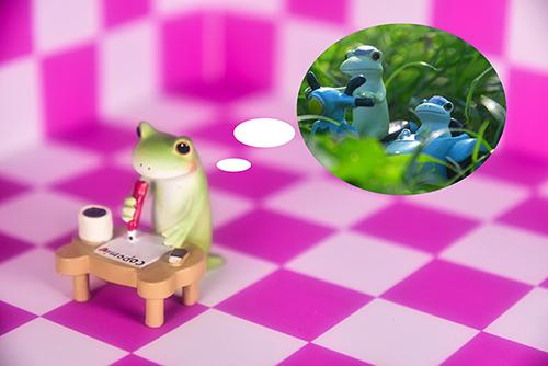 ツバキアキラが撮ったカエルのコポー。楽しかったデートを思い出しながら、コポミにラブレターを書いているコポタロウ。