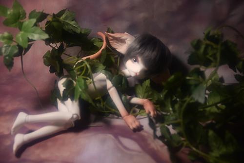 PARABOXのシスター服に身を包んだ、DOLLZONE・Miss Kittyのジーナ。蔦に絡まれて、暗がりの中で。