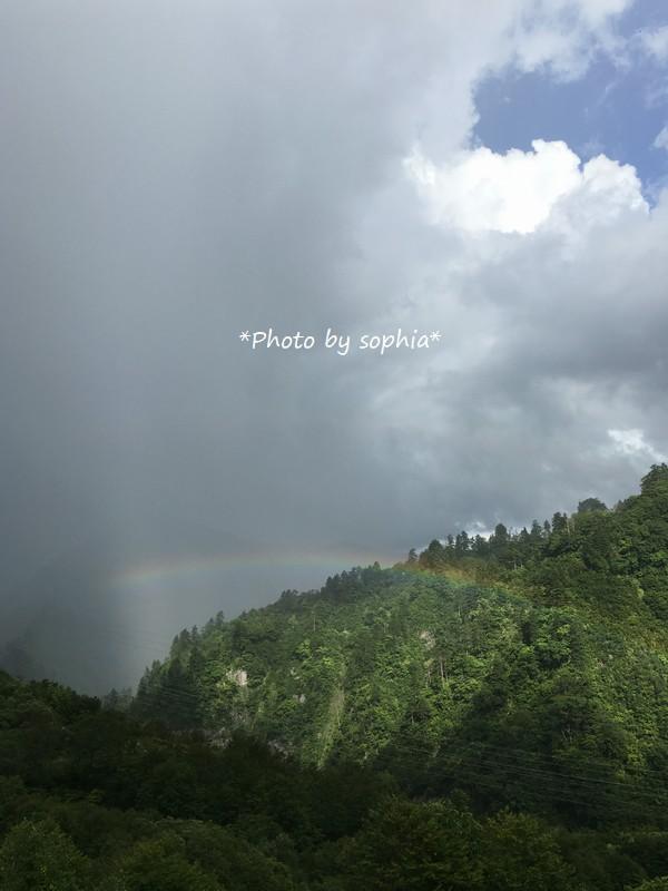 山頂で見る虹